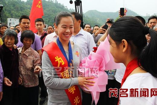亚运百米跨栏冠军吴水娇载誉返乡 茂名信宜新